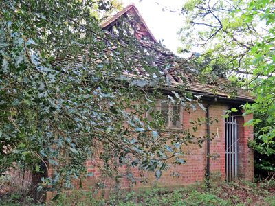 Derelict toilet cottage in Stanmore Common HA7